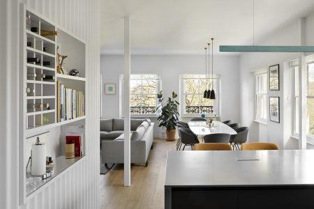 Kensington Gardens Apartment London: Blick von der Küche ins Wohnzimmer