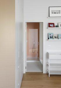 Kensington Gardens Apartment London: Blick vom Schlafzimmer zum Badezimmer