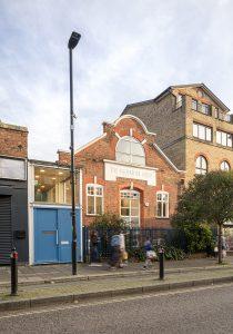Snowflake School in London, Straßenansicht